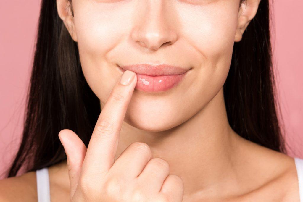 Hoitokeinot rohtuneille huulille talvella – kotikuorinnat ja naamiot